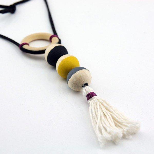 sari-gri-ahsap-boncuk-puskullu-kolye-2-600x600